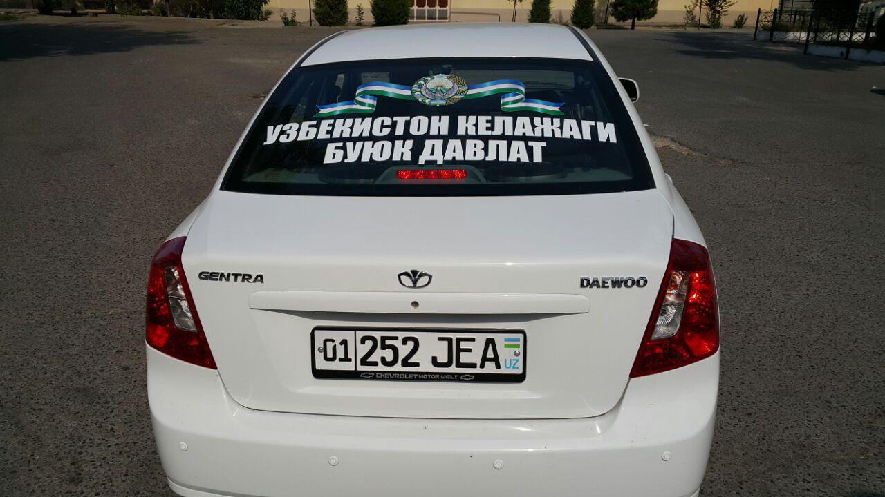 """Foto: Mustaqillik bayrami kunida Toshkentda davlat bayroqlari o'rnatilgan avtomobillar """"marshi"""""""
