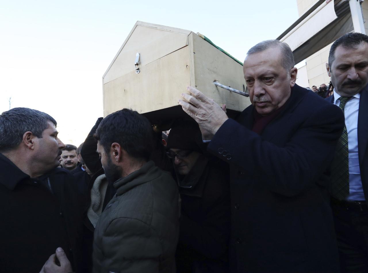 Туркия президенти зилзила оқибатида қурбон бўлганларнинг жаноза маросимида қатнашди