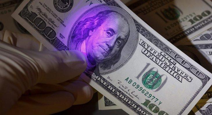 В Бухаре двое мужчин пытались сбыть почти 100 тыс. фальшивых долларов