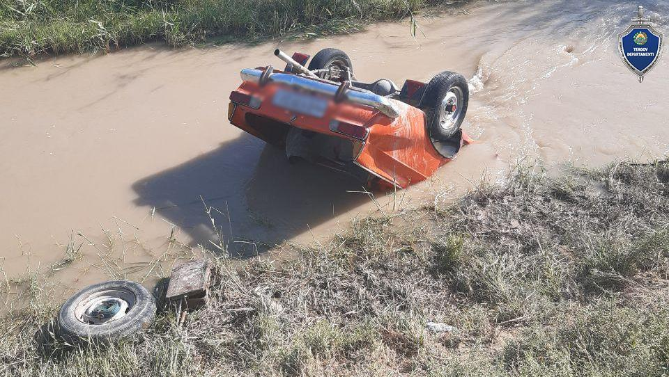 В Бухарской области при съезде легковушки в арык погибли два человека