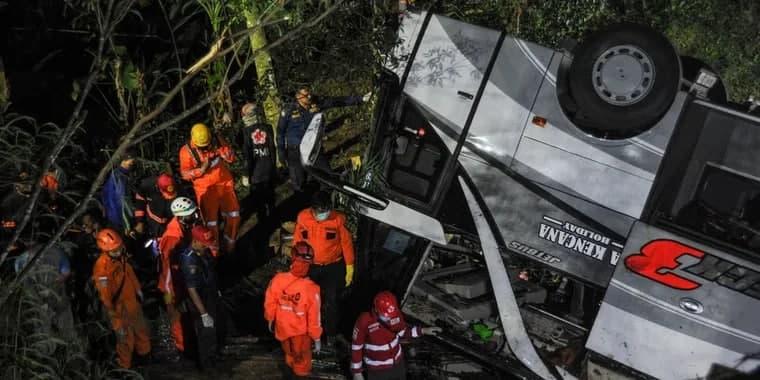 Индонезияда мактаб автобусининг жарликка қулаши оқибатида 26 киши ҳалок бўлди