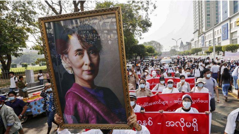 Мянма: Аунг Сан Суу Ки устидан суд жараёни бошланди. Қонли қирғиндан кейин ҳам намойишлар давом этмоқда