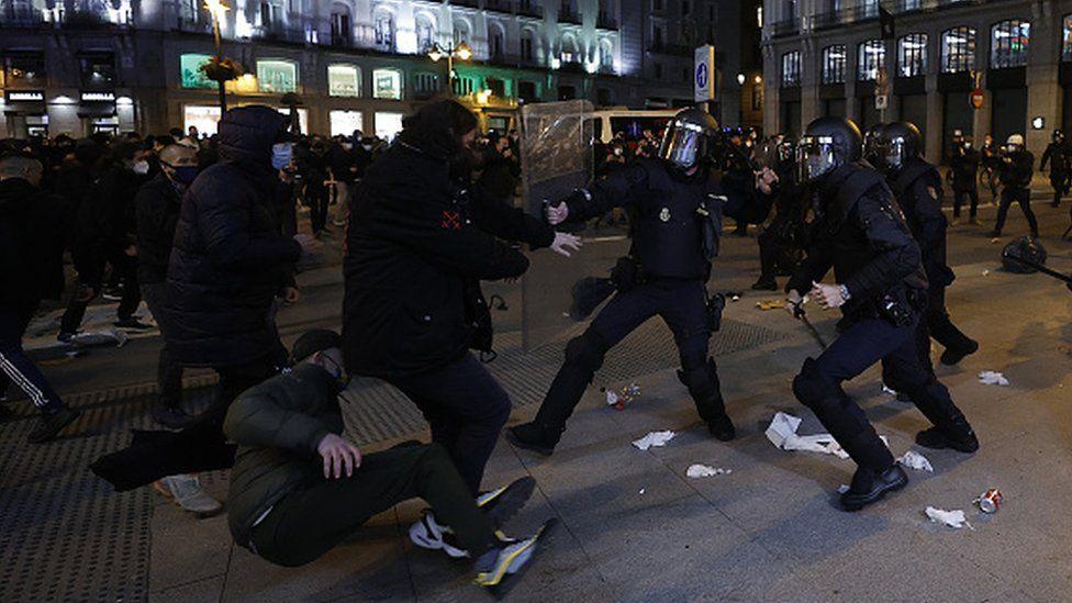 Испанияда рэпернинг ҳибсга олиниши тартибсизликларга сабаб бўлди