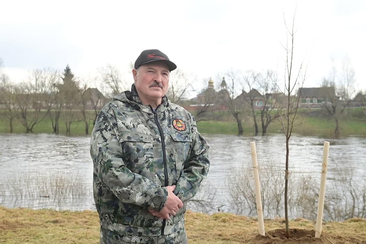 Россия ва Беларусь давлат тўнтаришининг олди олингани ҳақида хабар берди. Лукашенко америкаликларни айблади