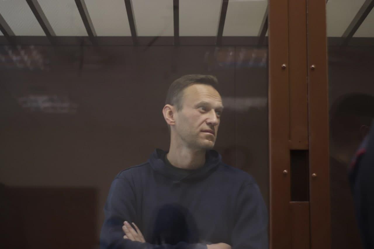 «Конституцияни ўзгартиришда қатнашганларнинг ҳаммасини хоин деб биламан» – Навальний навбатдаги судда кескин гапларни гапирди