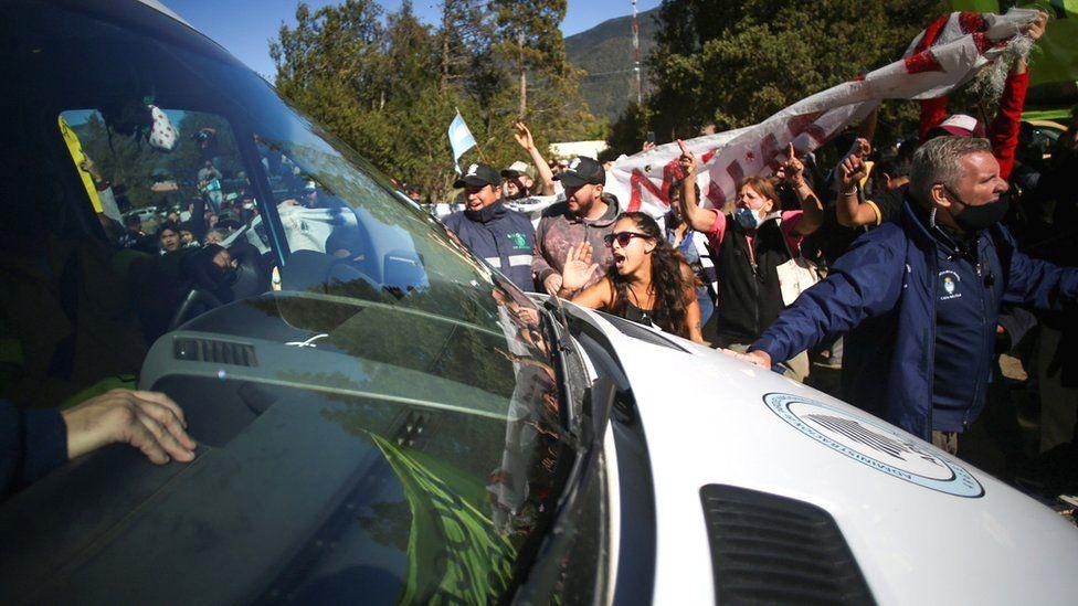 Аргентинада президент машинасига ҳужум қилишда гумон қилиниб 5 киши қўлга олинди